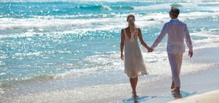 free-weddings-couple-holdinghands-onbeach-iStock_000012610694Small.jpg